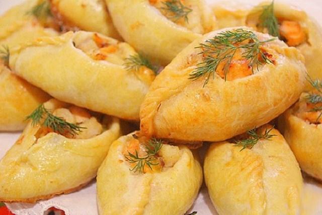 Вкусные расстегайчики, рекомендую — тесто, как песочное, без дрожжей, начинка из двух видов рыб с маринованными огурчиками и сливочным луком.