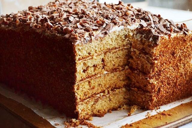 Бисквитный медовик без масла. Украсит и разнообразит любое застолье, а также порадует своим восхитительным вкусом и сочетанием мягкой, нежной кремовой прослойки с рассыпчатыми коржами. При этом торт прост в приготовлении.