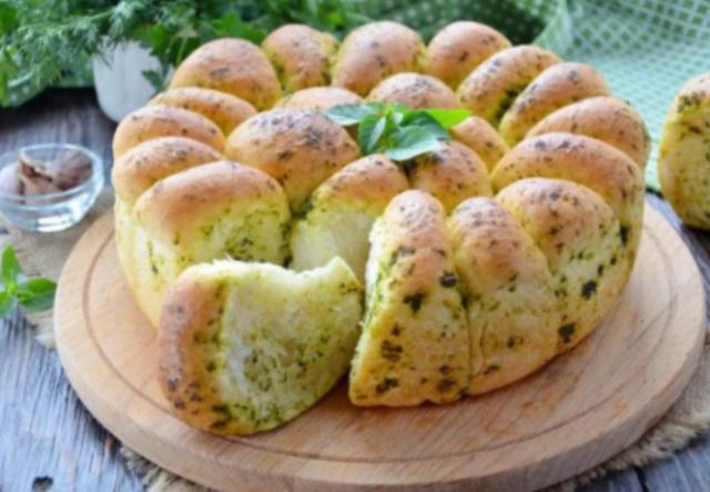 Бесподобно вкусный пшеничный хлеб с зеленью и чесноком