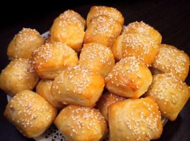 Супербыстрые маленькие закусочные пирожки. Готовятся всего за несколько минут, разлетаются со стола за минуту.